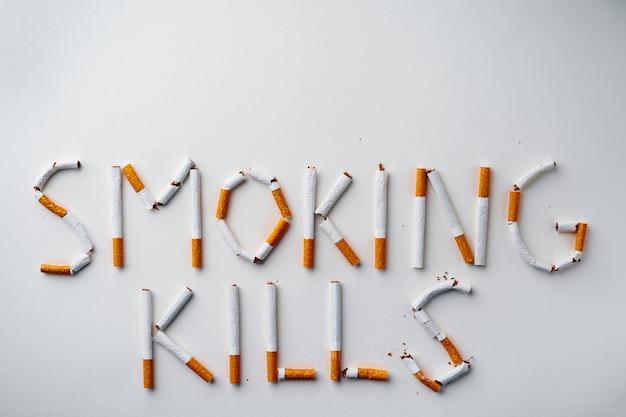 Inscriptie woord smokin kills gemaakt van sigaretten bovenaanzicht