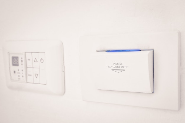 Insert keycard sign elektronisch slot op muur voor open schakelaar elektronisch