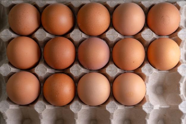 Inshell kippeneieren voor het koken