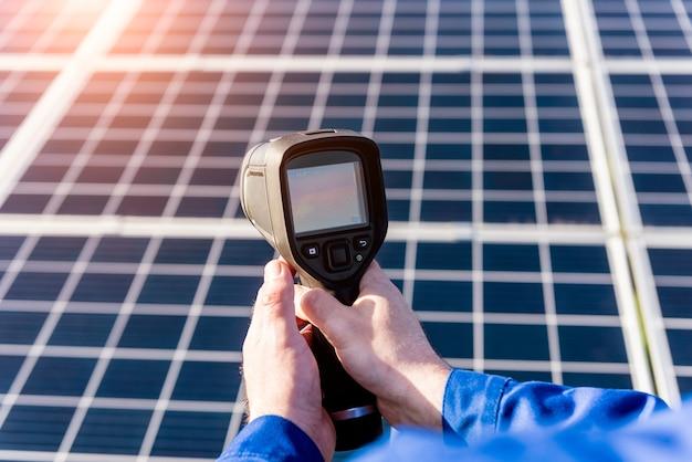 Inspecteuronderzoek van fotovoltaïsche modules met behulp van een warmtebeeldcamera