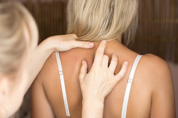 Inspectie van ruggengraat door arts