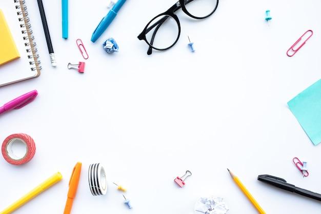 Inspiratieideeën concepten met bovenaanzicht van blauw bureau