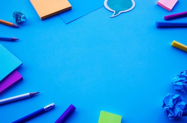 Inspiratieideeënconcepten met bovenaanzicht van blauwe bureautafel en accessoires