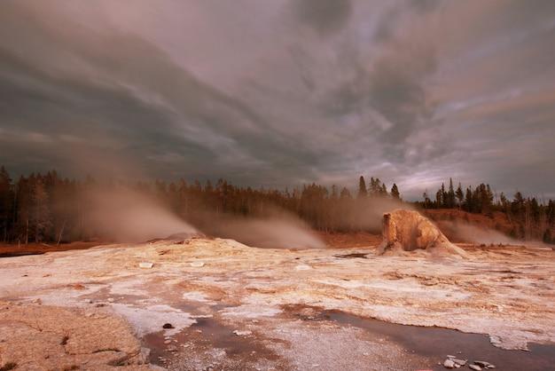 Inspirerend natuurlijk landschap. velden met zwembaden en geisers in yellowstone national park, vs.