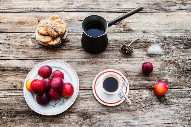 Inspirerend ontbijt in de vroege ochtend in het land