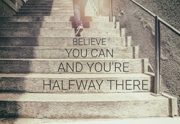 Inspirerende citaat op vrouw lopen op trap achtergrond met vintage filter