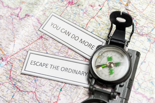 Inspirerende geschriften en kompas op de kaart