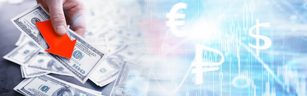 Instabiliteit in de economie. recessie. wereldcrisis. bankbiljetten dollars op een tafel. economische crisis. de val van de nationale munt. wisselvalligheid.