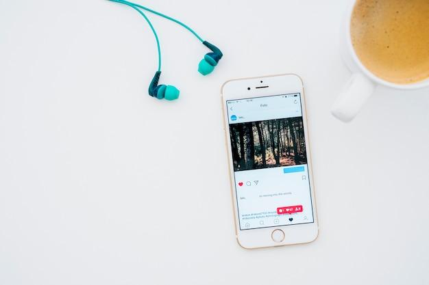Instagram foto, koffiemok en oortelefoons