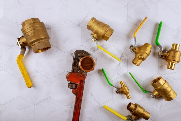 Installatie loodgieterswerk onderdelen moersleutel constructie messing sanitair hulpstukken schuifafsluiter