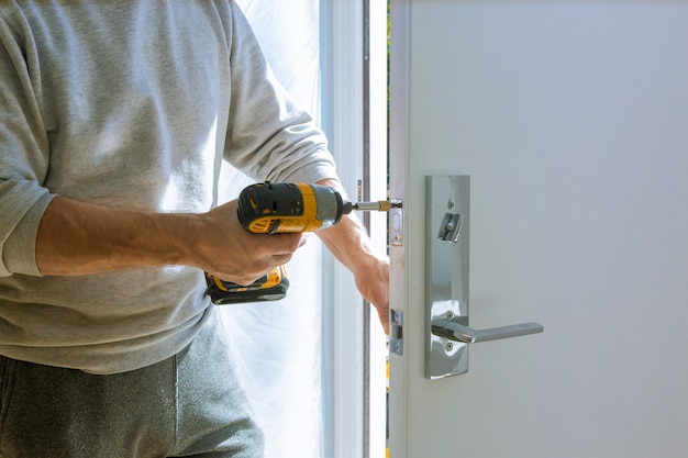 Installatie met een slot in het deurblad met behulp van een boorschroevendraaier