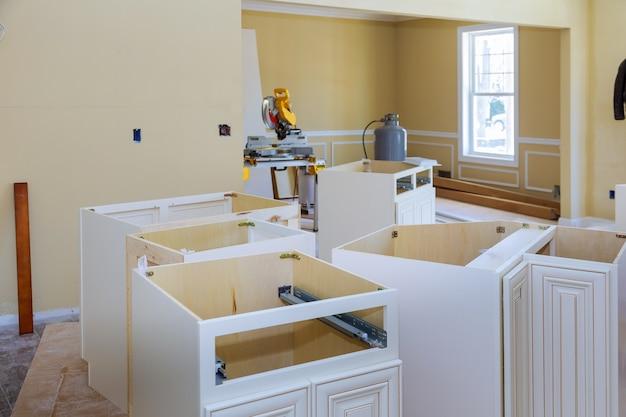 Installatie nieuwe moderne keuken van installatiebasis voor eiland in centrum