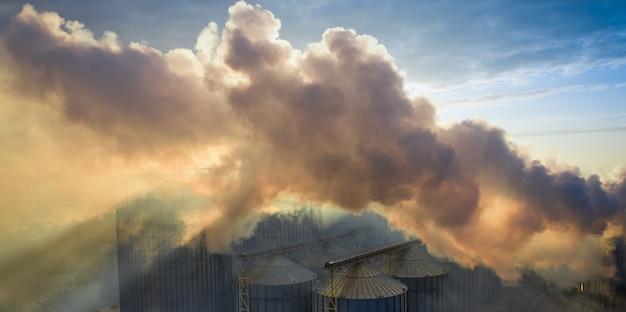 Installatie of lift, schadelijke emissies in de atmosfeer.