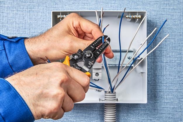 Installatie van automatische zekeringen op din-rail.