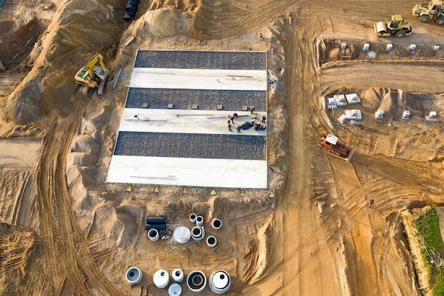 Installatie van een betonnen vloer voor een bovenaanzicht van een kozijnplant.