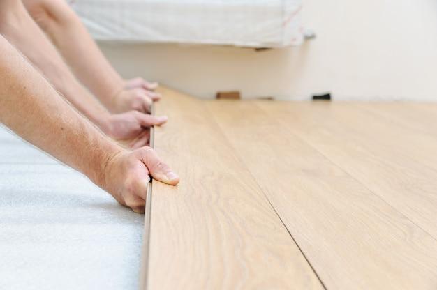 Installatie van een laminaatvloerplaat.