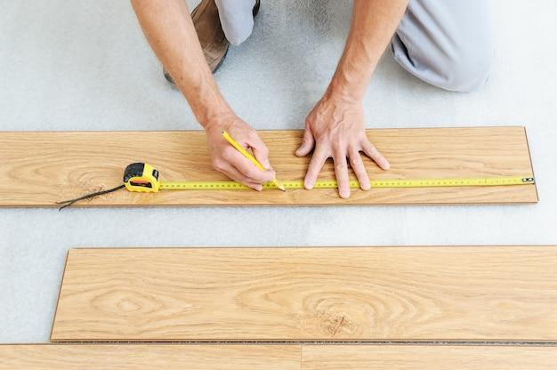 Installatie van een laminaatvloerplaat