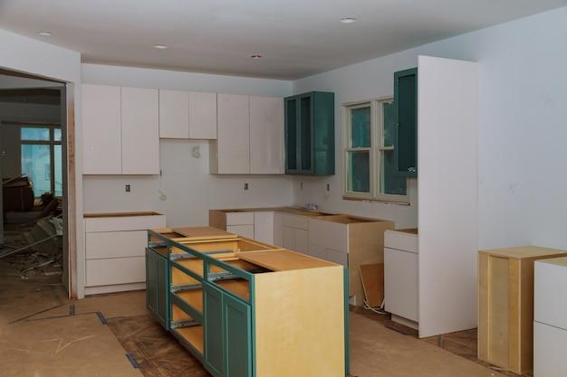 Installatie van een nieuwe inductiekookplaat in de moderne keukenkeukeninstallatie van de keukenkast