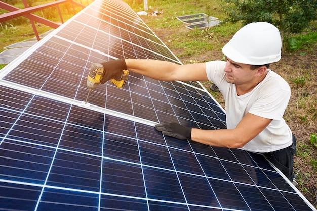 Installatie van een stand-alone fotovoltaïsch paneelsysteem op zonne-energie