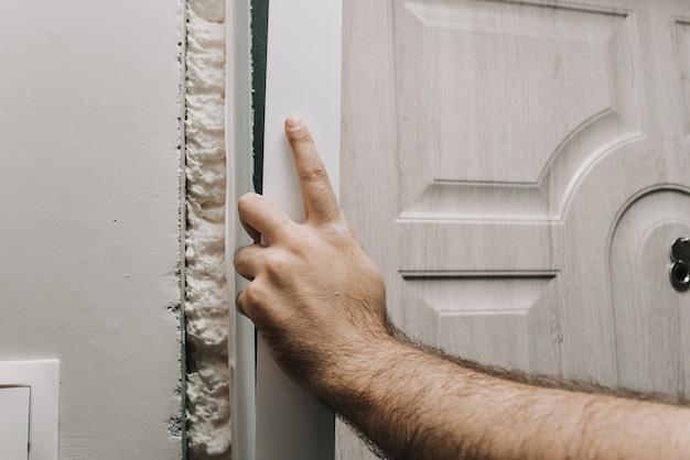 Installatie van een toegangsdeur reparatie kunststof snijden