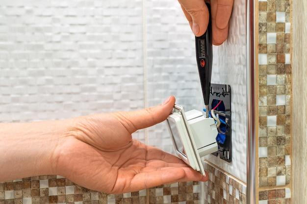 Installatie van een vloertemperatuurregelaar in huis