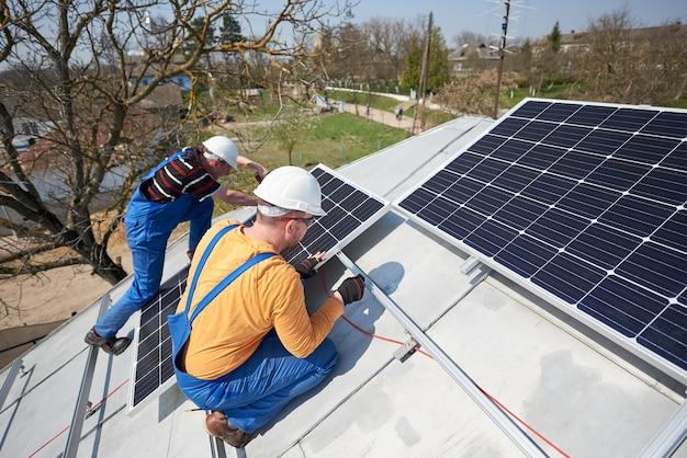 Installatie van fotovoltaïsch zonnepaneelsysteem op het dak van het huis