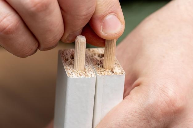 Installatie van houten doppen, pluggen in het proces van meubelmontage
