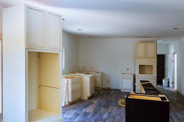 Installatie van keukeninstallaties keukenkast