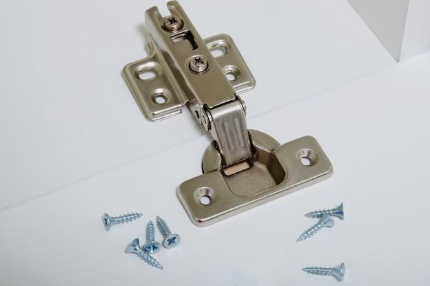 Installatie van meubelscharnieren in de nieuwe keukenkastdeur of vervang de scharnierclose-up.