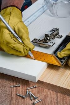 Installatie van meubelscharnieren in de spaanplaatgereedschappen en accessoires