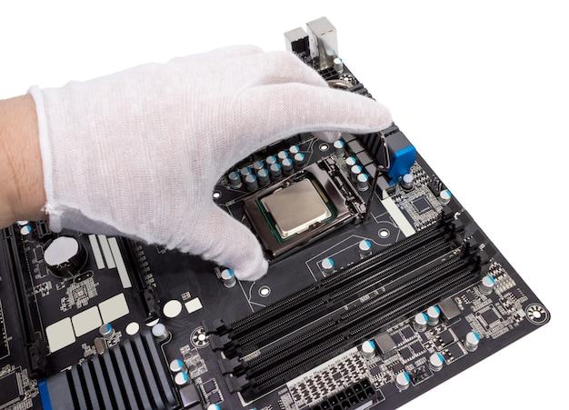Installatie van moderne processor in cpu-socket op het moederbord
