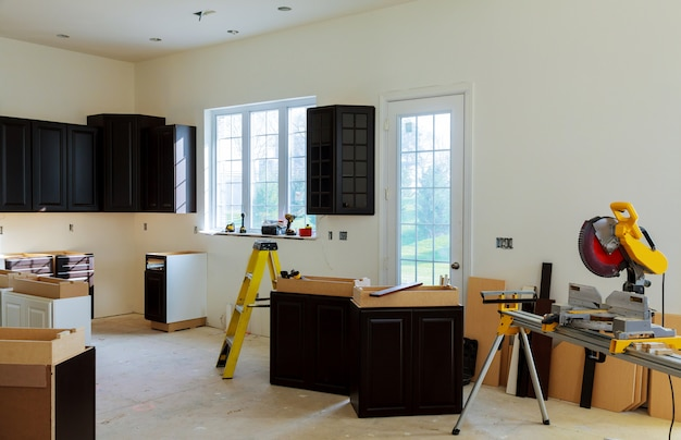 Installatie van nieuwe inductiekookplaat in moderne keuken