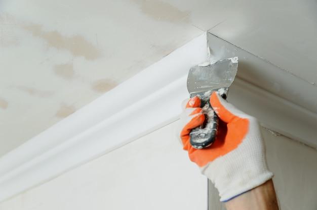 Installatie van plafondlijsten.