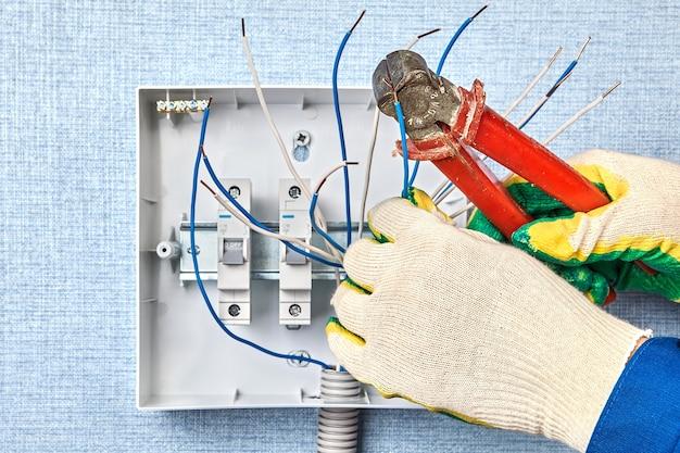 Installatie van schakelbord met automatische zekeringen in huishoudelijk bedradingsnetwerk.
