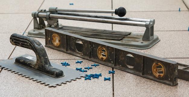 Installatie van vloertegels