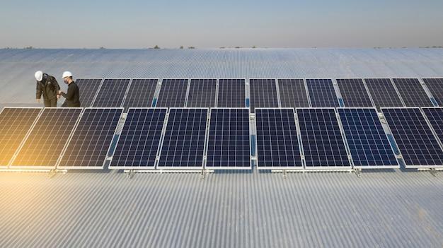 Installatie van zonnepanelen bezig. drone-afbeelding.
