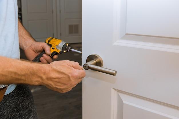 Installatie vergrendeld binnendeur houtbewerker handen installeren slot