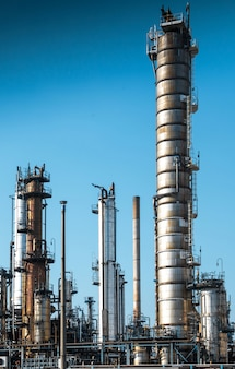 Installatie voor het raffineren van olie