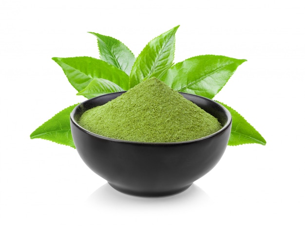 Instant matcha groene thee in zwarte kom op wit