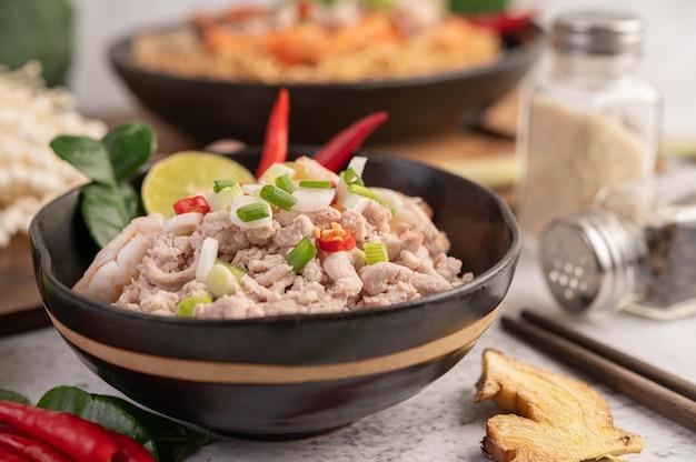 Instant noedels gewokt met garnalen en varkensvlees.