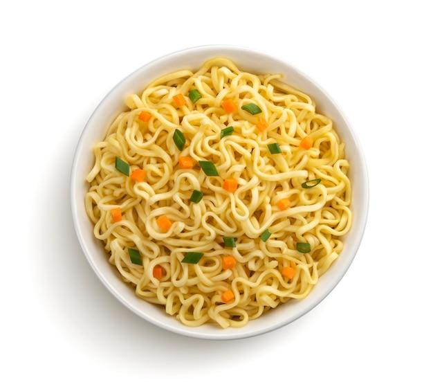 Instant noedels met groenten en kruiden in kom geïsoleerd op wit