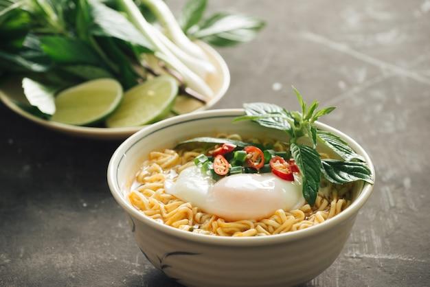 Instant noedelsoep met ei en groenten