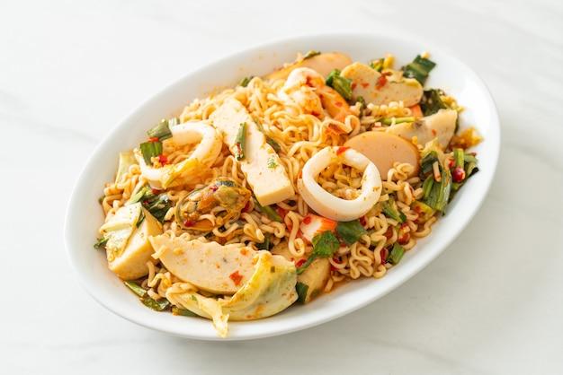 Instant noodle pittige salade met gemengd vlees - aziatische eetstijl
