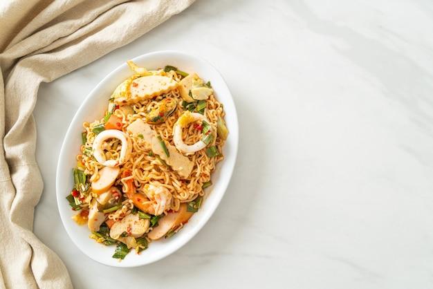 Instant noodle pittige salade met gemengd vlees - aziatische stijl