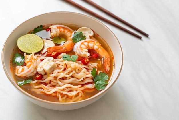 Instant noodles ramen in pittige soep met garnalen (tom yum kung) - aziatische eetstijl