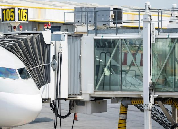 Instapbrug verbonden met vliegtuig