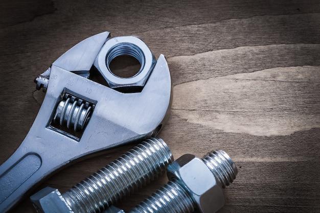 Instelbare schroefdraadmoer en bout met sleutel