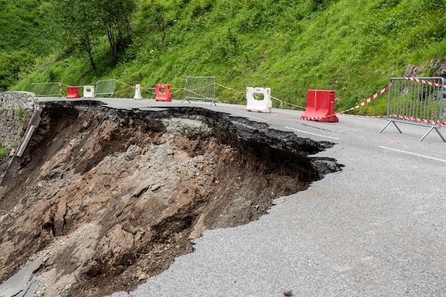 Instorting van de weg in de franse pyreneeën