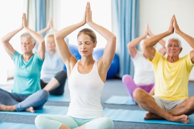 Instructeur die yoga met oudsten uitvoert