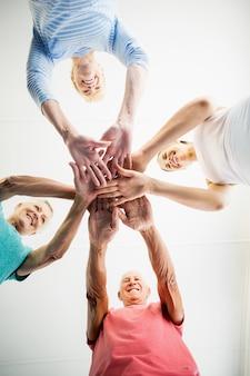 Instructeur en senioren handen samenstellen